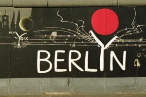 """25.7.1991 """"East-Side-Gallery"""", gelegen zwischen der Jannowitzbrücke und der Oberbaumbrücke. Reste der Berliner Mauer, die nach der Öffnung von vorwiegend ostdeutschen Künstlern auf der Ost-Seite bemalt wurden."""