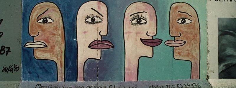 """19.12.1990 """"East-Side-Galery"""", gelegen zwischen der Jannowitzbrücke und der Oberbaumbrücke Reste der Berliner Mauer, die nach der Öffnung von vorwiegend ostdeutschen Künstlern auf der Ost-Seite bemalt wurden"""